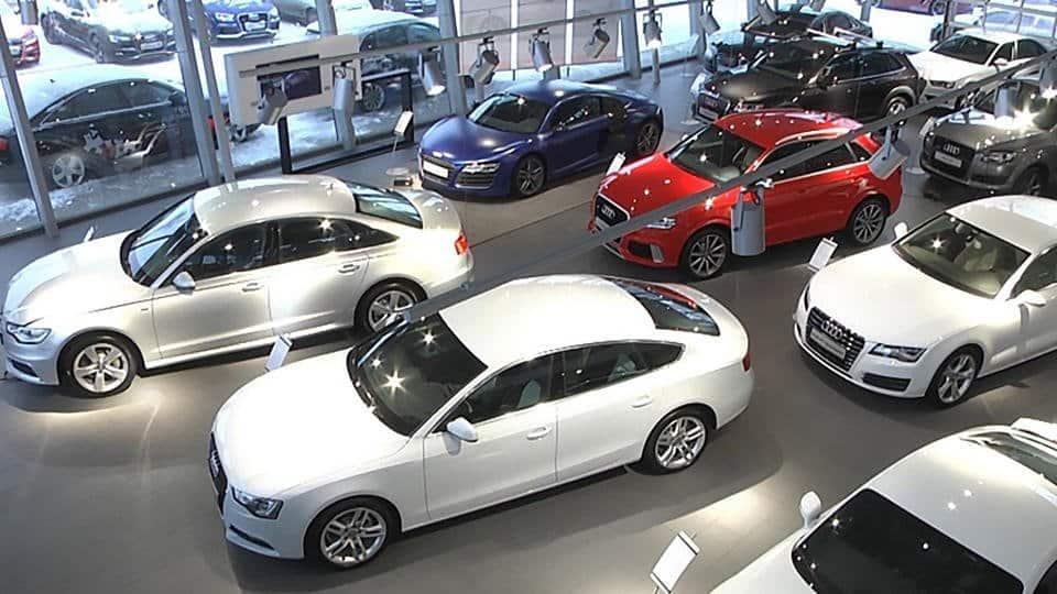 Хотят, но не могут: регистрация автомобилей в дилерских центрах откладывается